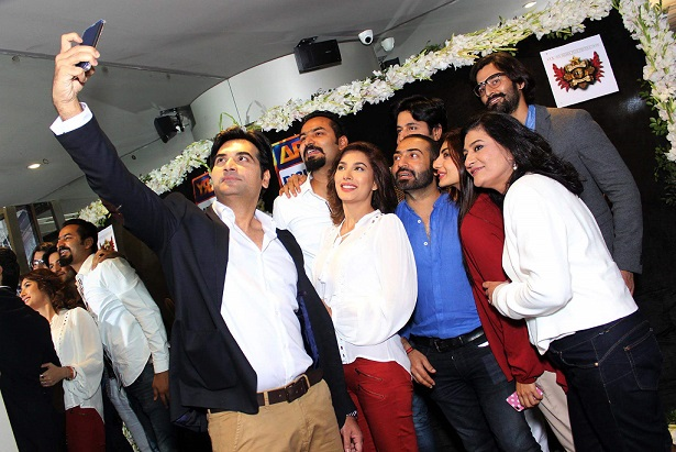 Humayun-Saeed-clicks-a-selfie-with-the-team-of-Dillagi