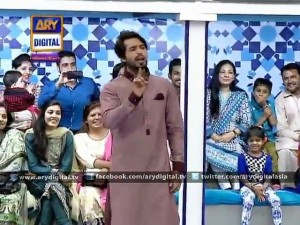 Woman gives bath to her husband during a live show – A must watch – Jeeto Pakistan